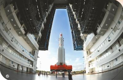 处于转场过程中的长征五号运载火箭 新华社发